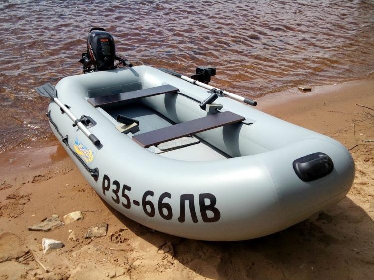 нанести номера на моторную лодку
