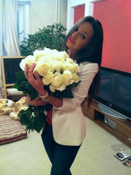 Фото красивой девушки брюнетки с цветами