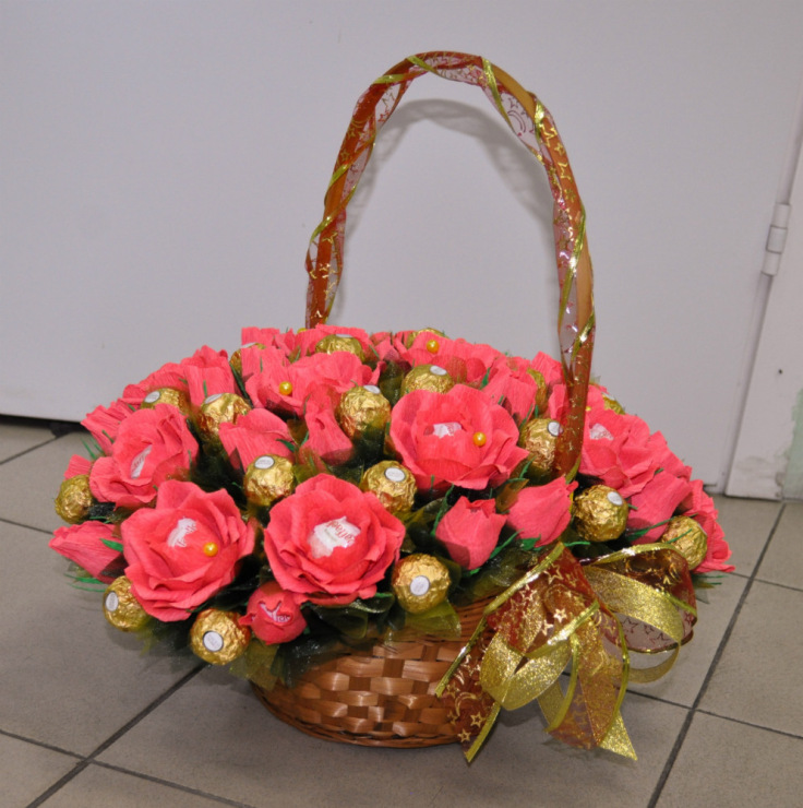 Корзина с цветами из конфет своими руками мастер 207